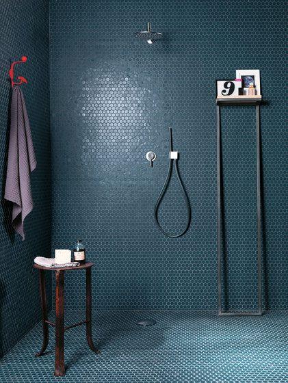 Baño con mosaicos hexagonales que imitan escamas de piel de pez