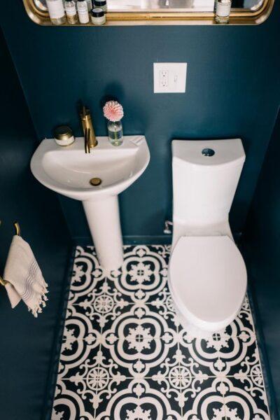 Baño con piso vinilico