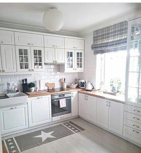 Cocina con muebles de pino pintados de blanco