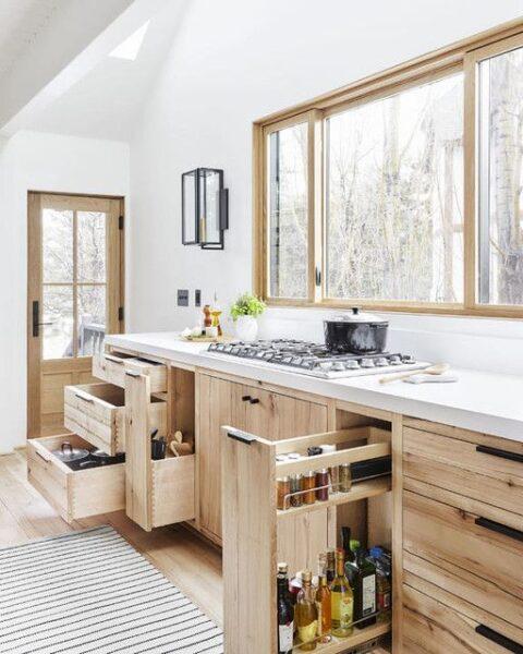 Cocina moderna con muebles de madera de pino al natural