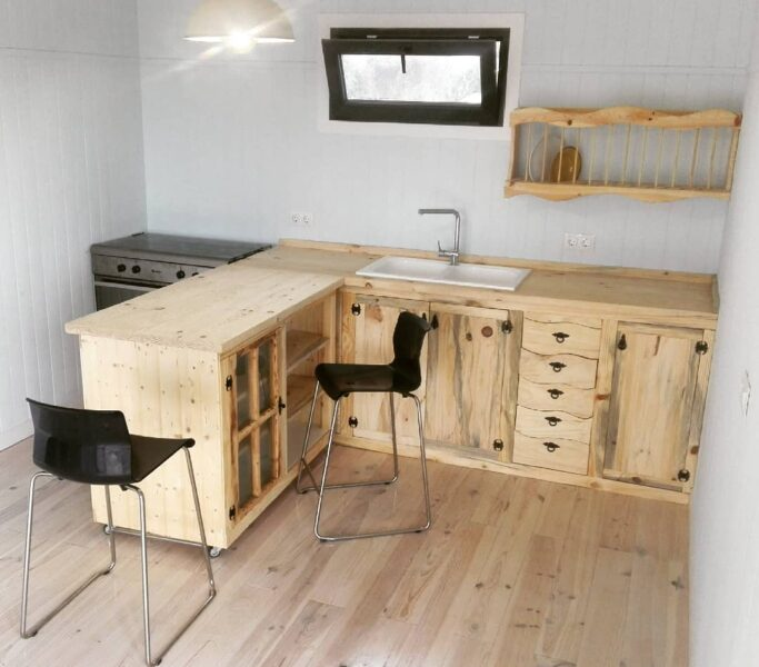 Cocina pequeña con muebles de pino