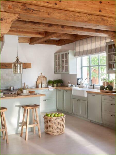 Cocina rustica con muebles de pino pintado de verde menta
