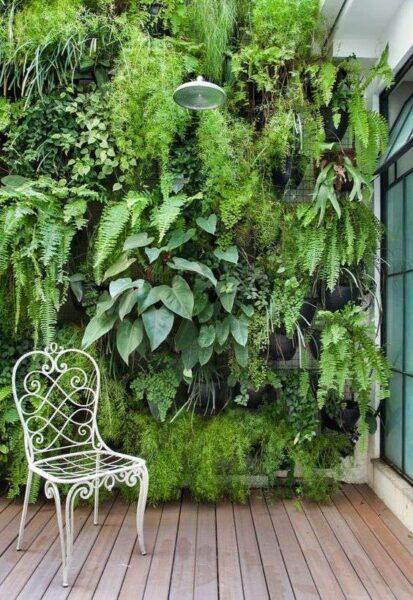Jardin vertical con plantas en maceta de tonos verdes para decorar muro