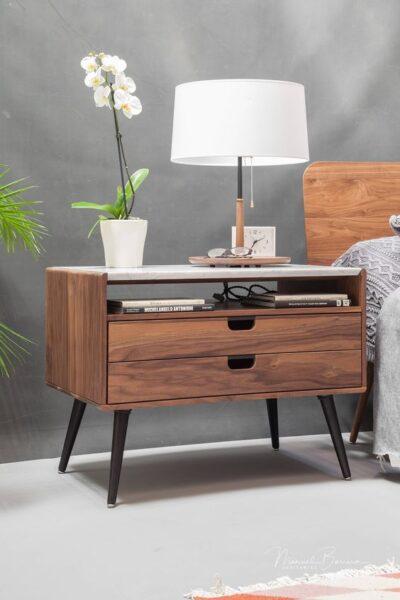Mesa de noche de madera retro