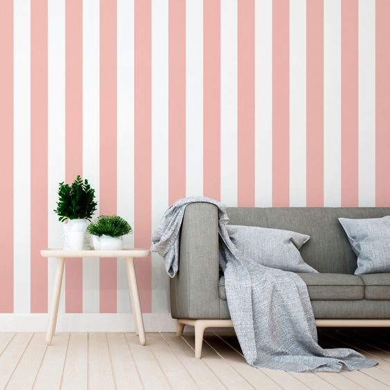 Pared pintada a rayas rosa y blanco