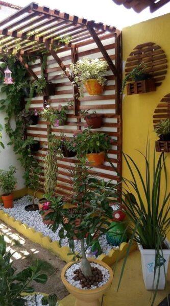 Patio o Jardin con muro pintado de amarillo
