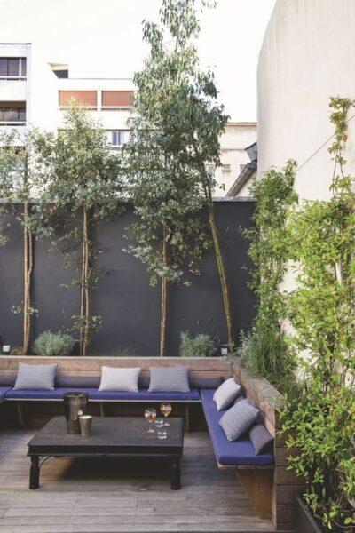 Patio o Jardin con muro pintado de gris oscuro