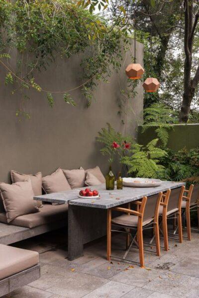 Patio o Jardin con muro pintado de marron