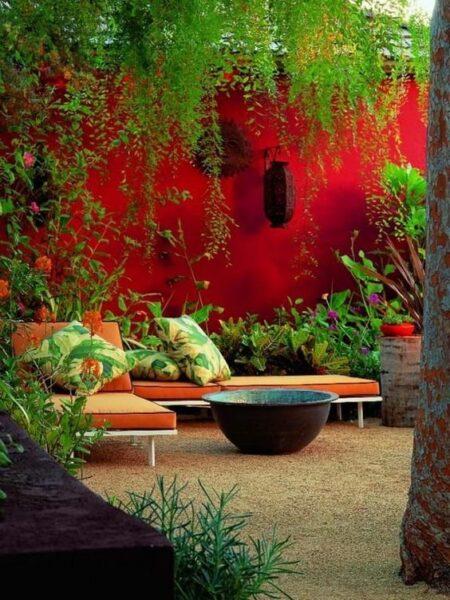 Patio o Jardin con muro pintado de rojo