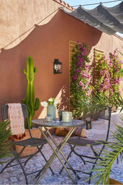Patio o Jardin con muro pintado de terracota