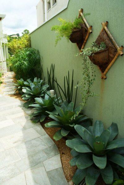 Patio o Jardin con muro pintado de verde claro