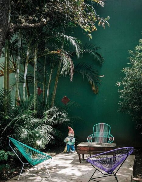 Patio o Jardin con muro pintado de verde oscuro