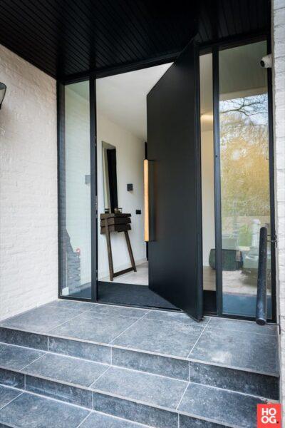 Puerta principal de hierro con vidrios laterales