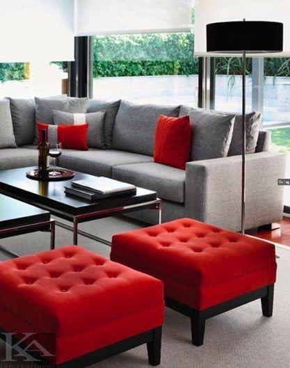 Sala de estar con sillones grises y rojos