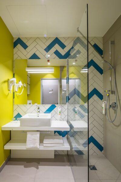 baño alegre y moderno