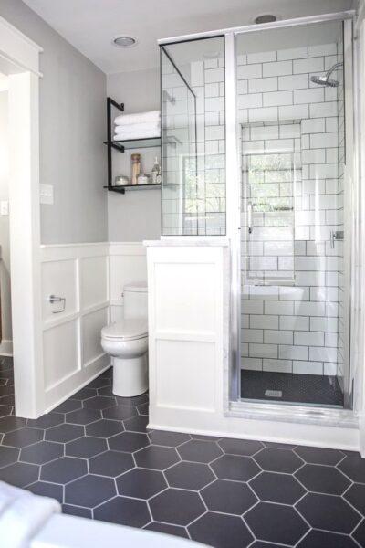 baño con piso de vinilo hexagonal