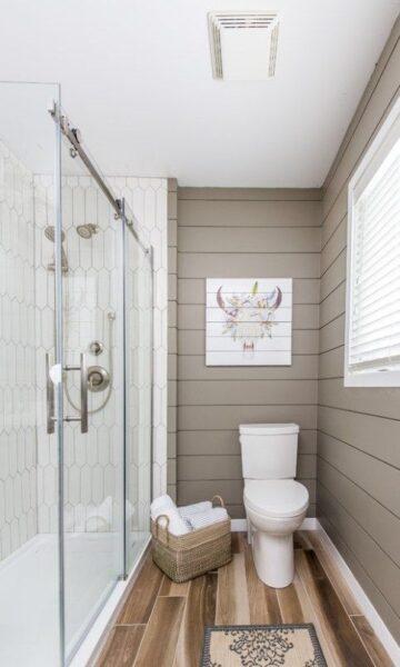 baño con piso vinilico de madera oscura