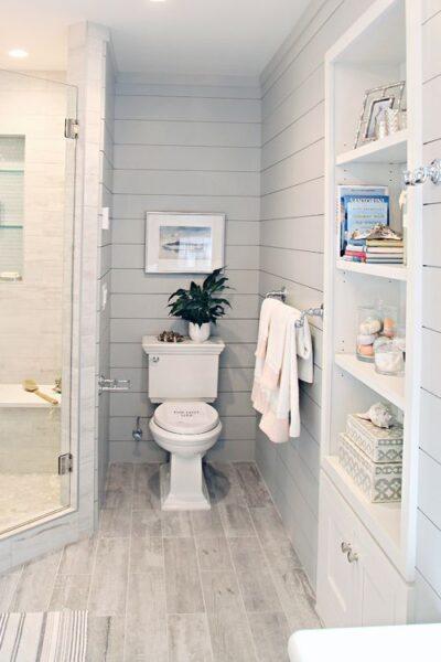 baño con piso vinilico simil madera clara