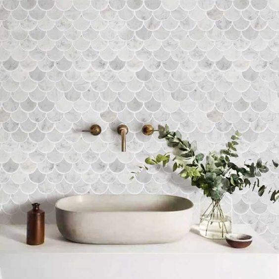 baño con revestimiento moderno simil escamas