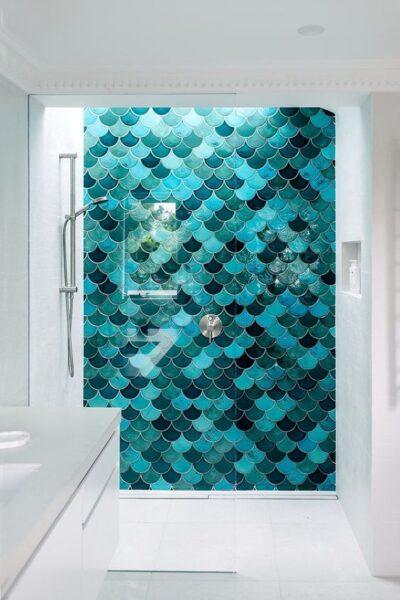 baño con revestimiento multicolor