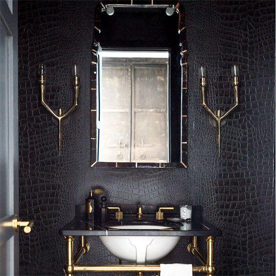 baño elegante y lujoso con pared simi piel cocodrilo