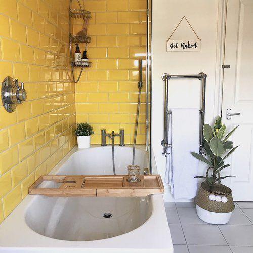 baño moderno con azulejos amarillos