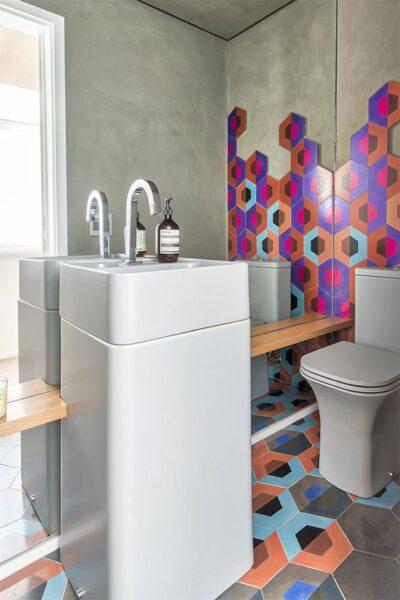baño moderno con azulejos multicolores