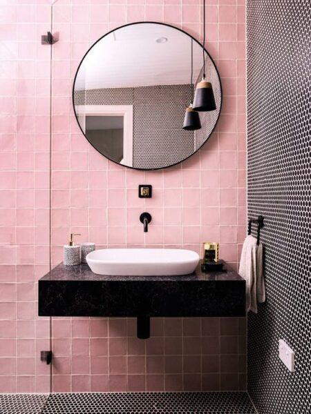 baños con azulejos de varios colores