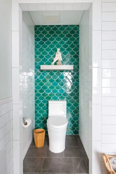 baños con azulejos verde simil piel