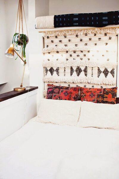 cabecero de cama moderno rustico con tapiz etnico