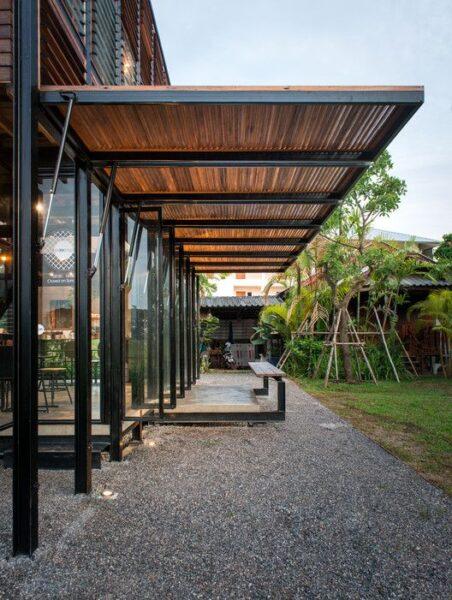 casa rodeada de galeria moderna de hierro y madera