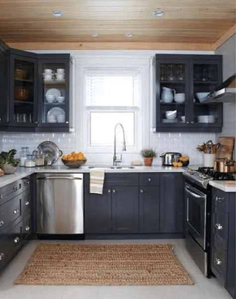 cocina con muebles de pino pintados de gris oscuro