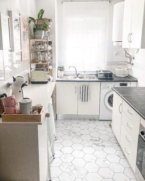 cocina con piso de vinilo hexagonal
