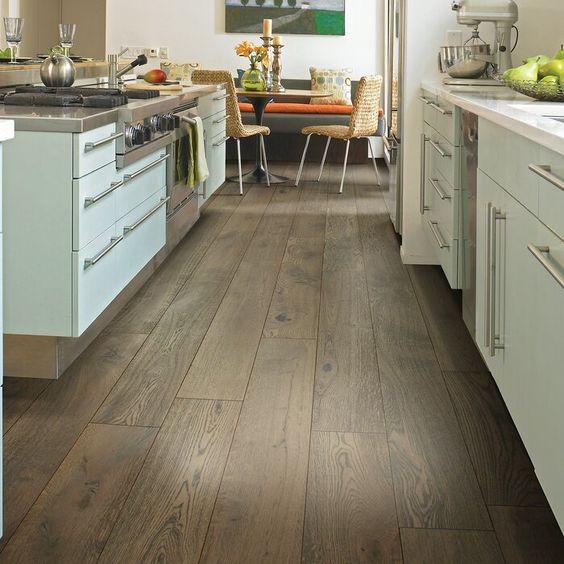 cocina con piso de vinilo simil madera oscura