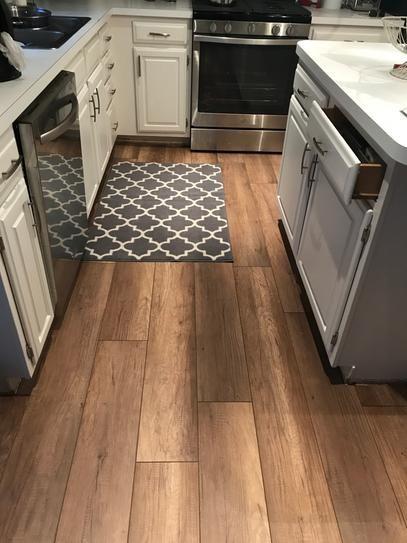 cocina con piso vinilico simil madera