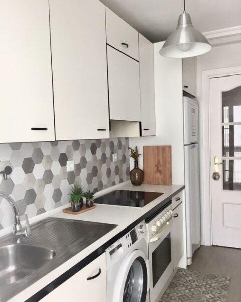 cocina con revestimiento de vinilo hexagono tonos grises
