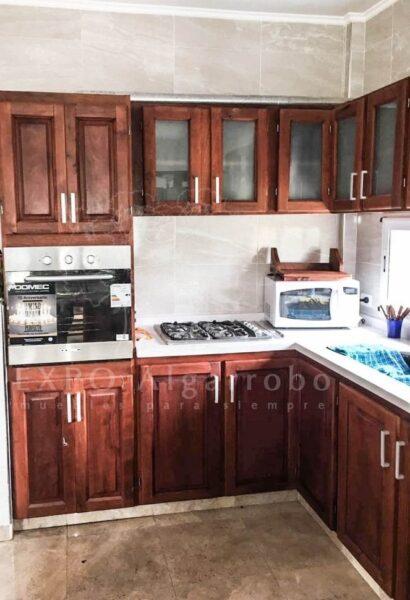 cocina de algarrobo moderna y pequeña