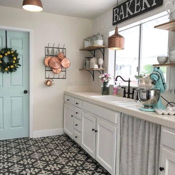 cocina pequeña con muebles de pino pintados de blanco