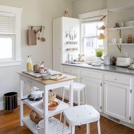 cocina pequeña de pino pintado de blanco