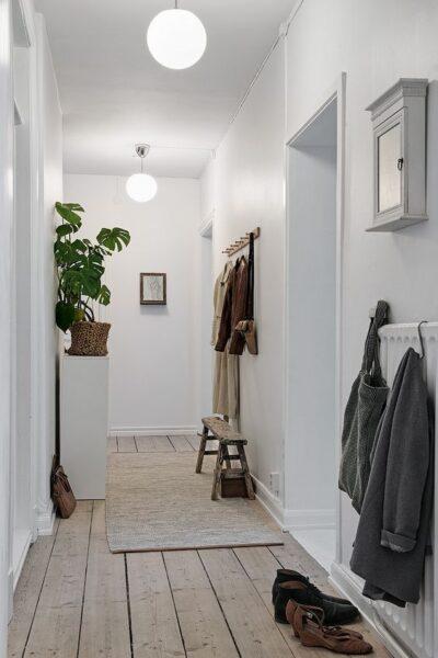 como iluminar un pasillo estrecho moderno