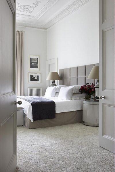dormitorio con pisos alfombrados