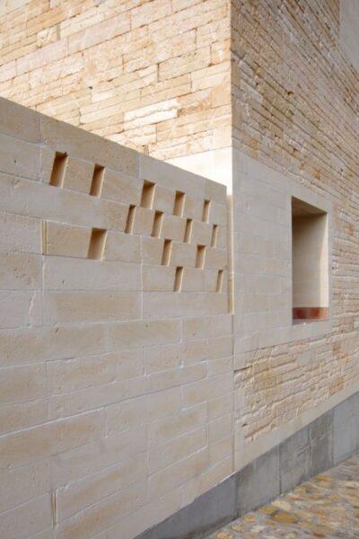 fachada de casa con Piedra arenisca