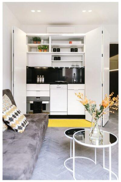 kitchenette moderna con puertas corredizas