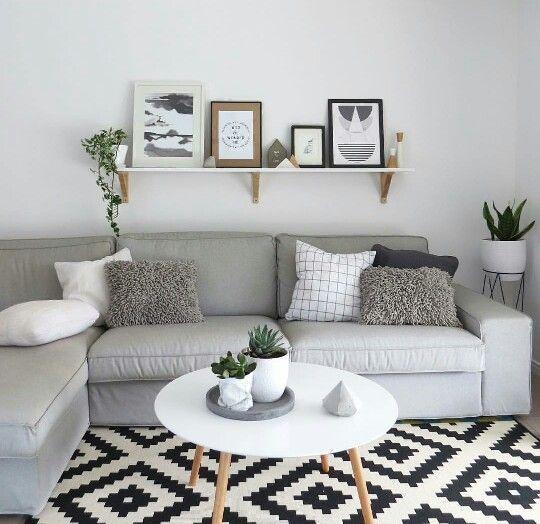 living con alfombra negra y blanca