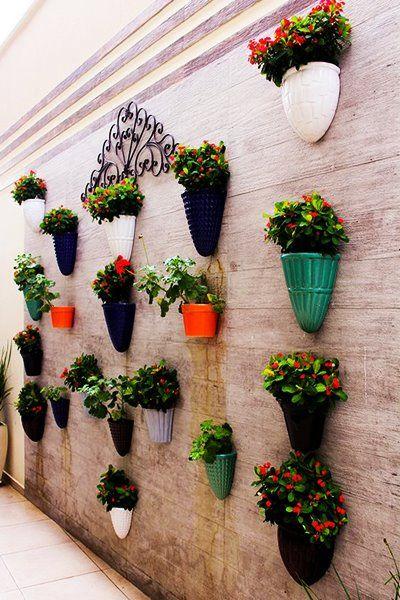 maceta colgadas en muro exterior de jardin