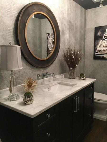 pared baño revestida de gris con textura cocodrilo