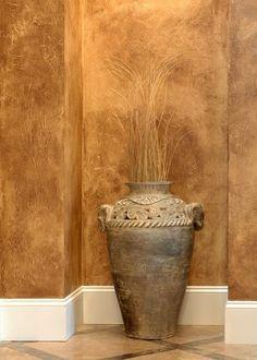 pared en tonos marrones rustica con tecnica del esponjado
