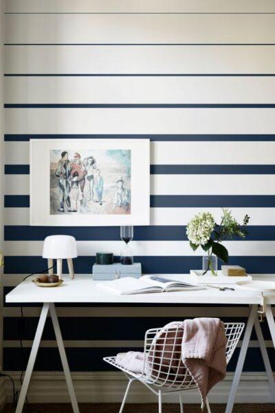 pared pintada a rayas horizontales azules y blancas