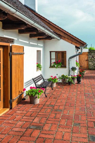 patio con piso de ladrillo