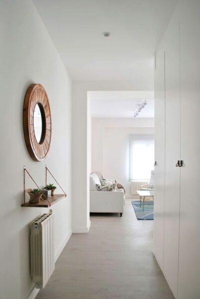 placart blanco en pasillo moderno